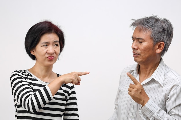Frau zeigt mit dem finger gegen und beschuldigt ihren ehemann