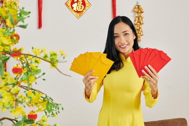 Frau zeigt neujahrsgeschenke