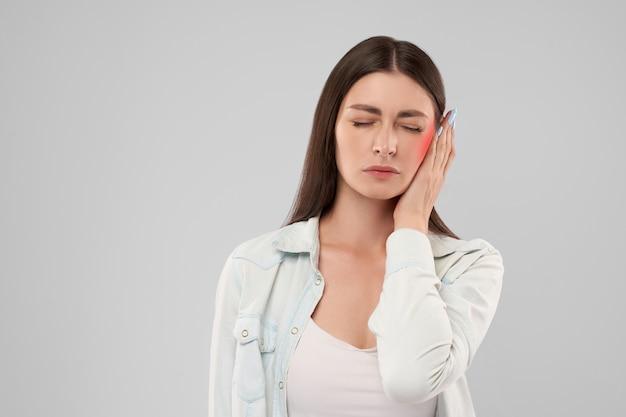 Frau zeigt ohrenschmerzen