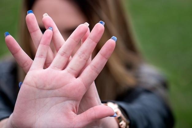 Frau zeigt stoppgeste mit ihrer hand.