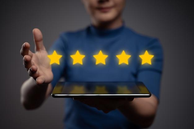 Frau zeigt tablett vorhandenes feedback