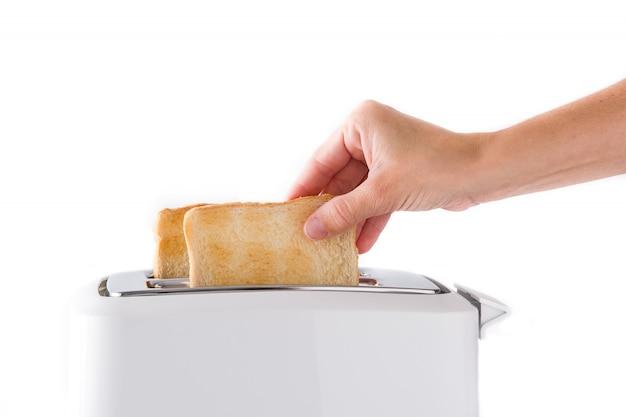 Frau zieht fertige toasts lokalisiert auf weißem hintergrund heraus