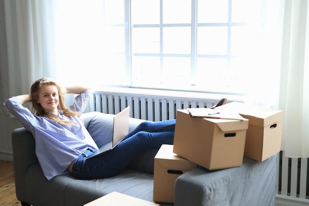 Frau zieht in ein neues zuhause