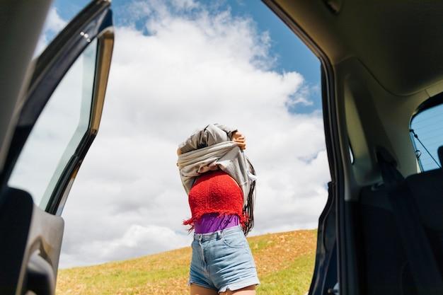 Frau zieht sich in der reise aus