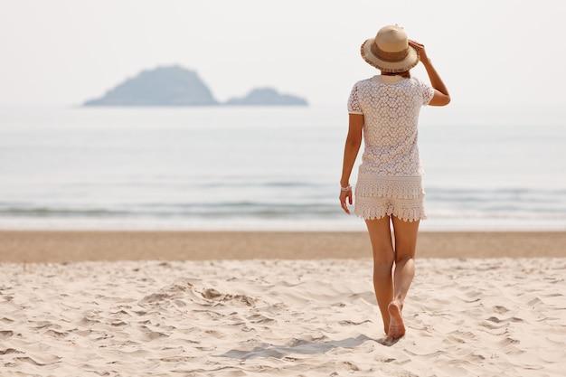 Frau zu fuß am tropischen strand