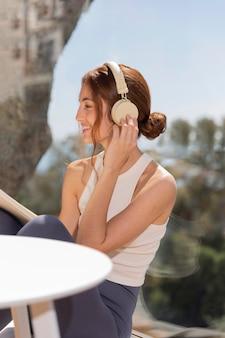 Frau zu hause, die musik hört
