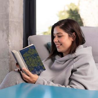 Frau zu hause lesen
