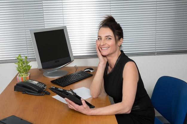 Frau zu hause mit digitalem tablet