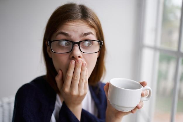 Frau zu hause mit einer tasse getränk emotionen innere entspannung