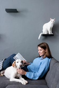 Frau zu hause mit katze und hund