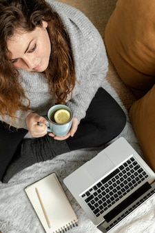 Frau zu hause mit laptop