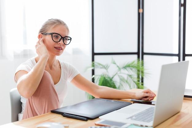 Frau zu hause schreibtisch arbeiten