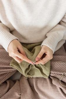 Frau zu hause stricken hautnah