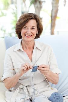 Frau zu hause stricken