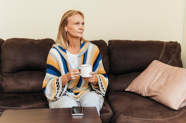 Frau zu hause während der quarantäne, die tasse kaffee hat