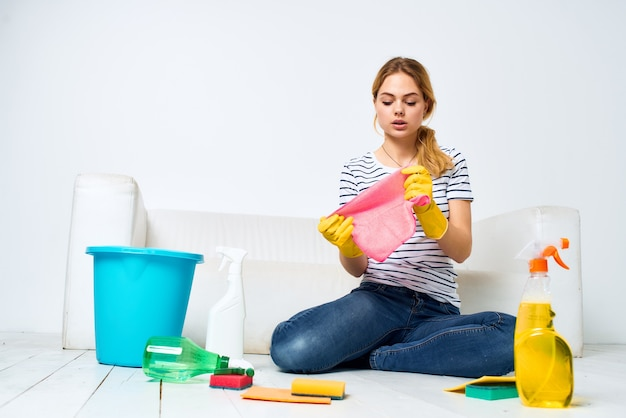 Frau zu hause wäscht die böden und bietet dienstleistungen hausaufgaben