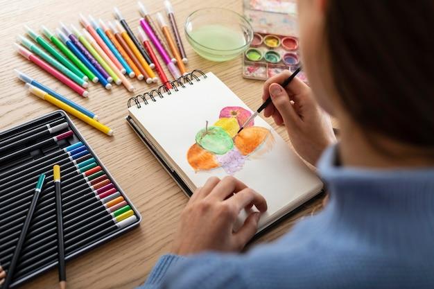Frau zu hause zeichnen