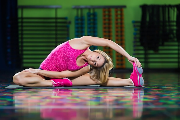 Frau zumba fitness tänzerin tanzübung auf dem boden im fitnessstudio