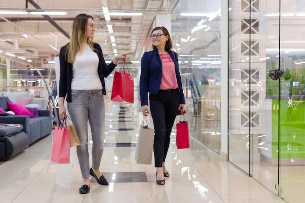 Frau zwei mit bunten einkaufstaschen