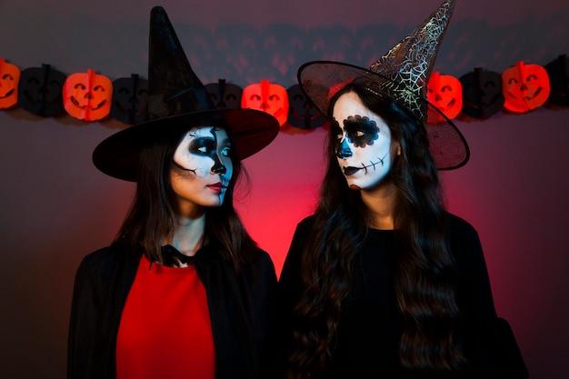 Frauen als hexen verkleidet