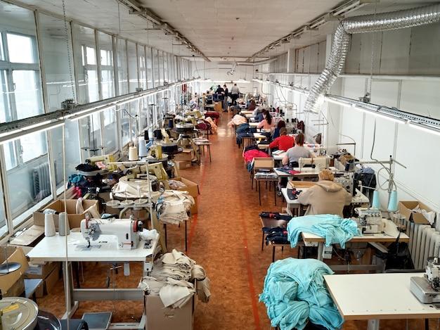 Frauen arbeiten an der textilproduktion