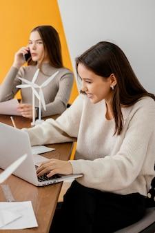 Frauen arbeiten an einem projekt für erneuerbare energien