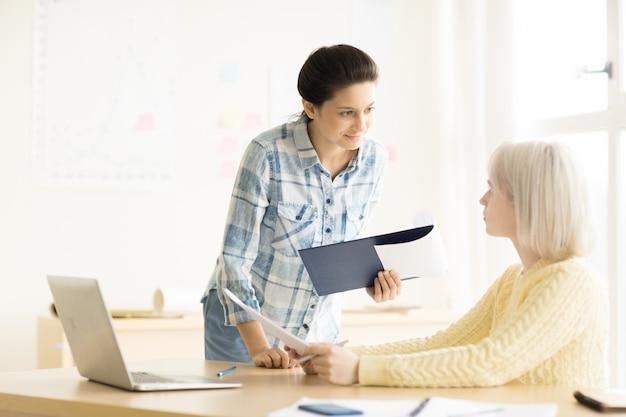 Frauen arbeiten im büro zusammen