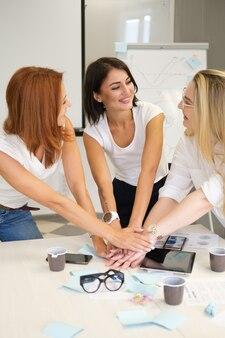 Frauen arbeiten im team teambuilding