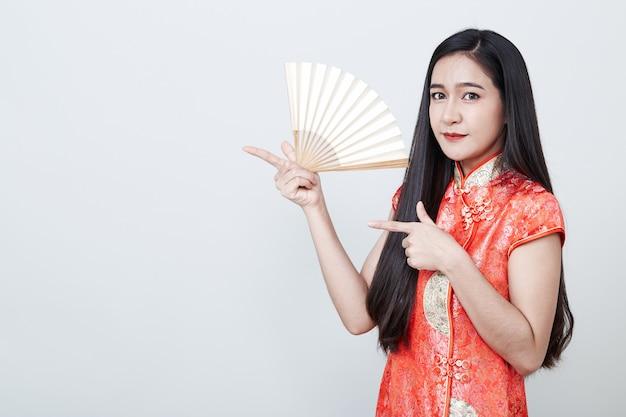Frauen-asiat, der rotes kleid im chinesischen neujahrsfest trägt