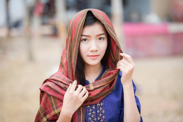 Frauen asien porträt von schönen jungen mit lendenschurz am kopf