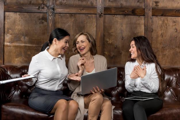 Frauen auf der couch, die ein gutes lachen hat