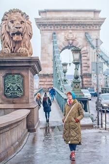 Frauen auf der kettenbrücke in budapest