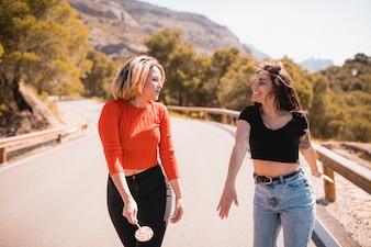 Frauen auf der Straße, die einander betrachtet
