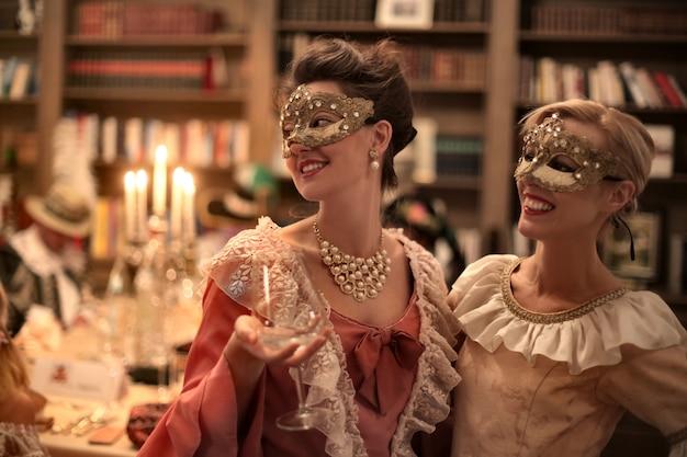 Frauen auf einem maskenball