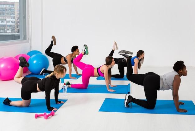 Frauen auf matten trainieren zusammen