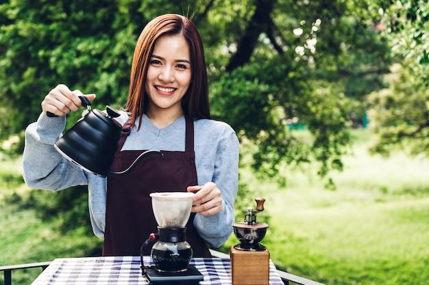 Frauen barista machen tropfkaffee im park