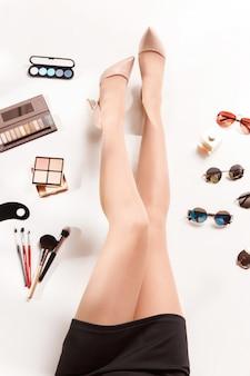 Frauen beine und sommermode stilvolle accessoires draufsicht