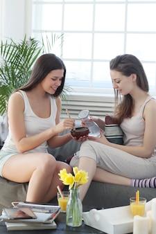 Frauen bereiten eine gesichtsmaske für die hautpflege vor