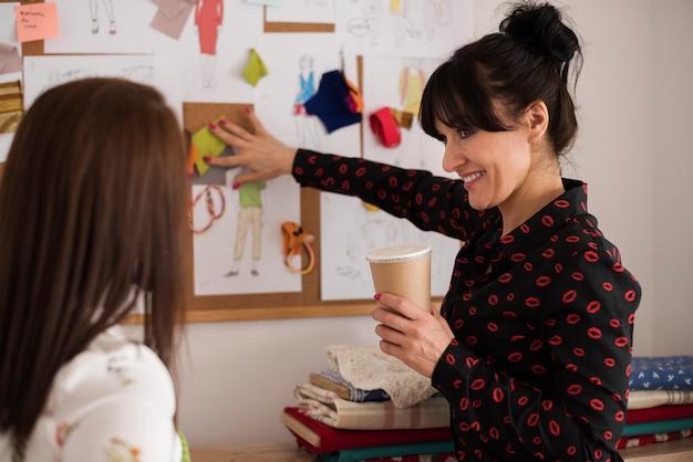 Frauen bereiten gemeinsam ein neues projekt vor