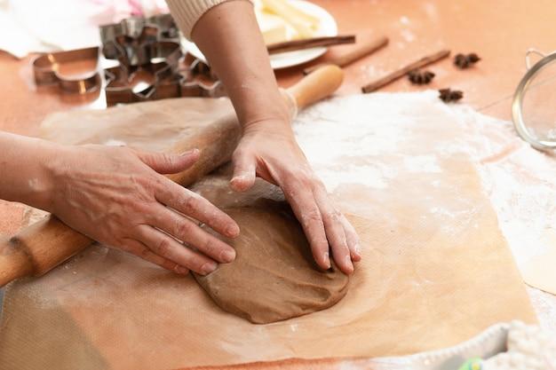 Frauen bereiten kekse im küchenkonzept kochen zu