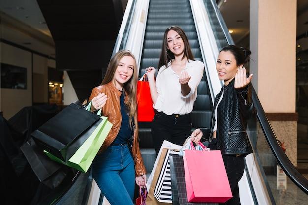 Frauen bitten, sich im einkaufszentrum anzuschließen