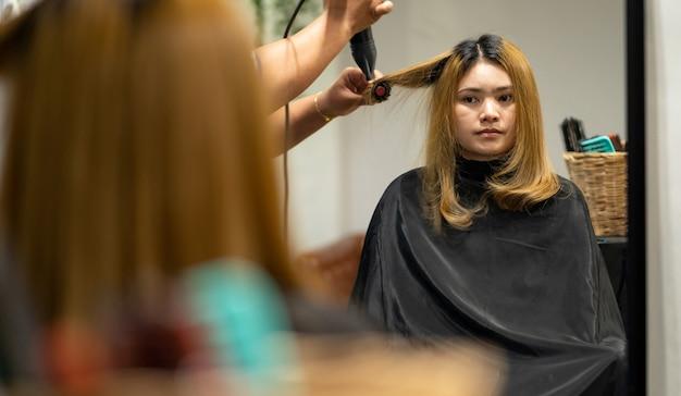 Frauen blasen haare im friseursalon.