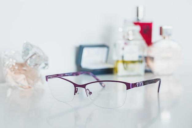 Frauen brille und kosmetik