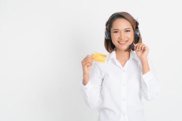 Frauen-call-center mit kopfhörerholding und kreditkarte.