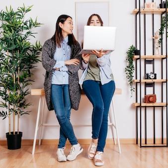 Frauen coworking am laptop