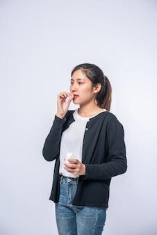 Frauen, denen es nicht gut geht und die antibiotika einnehmen wollen.