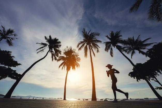 Frauen, die am strand laufen