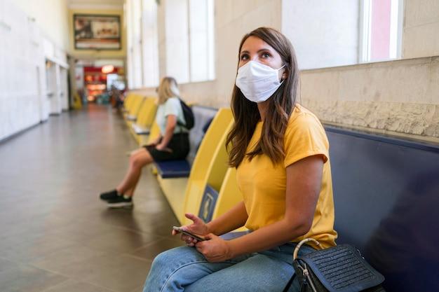 Frauen, die an öffentlichen verkehrsmitteln soziale distanz halten