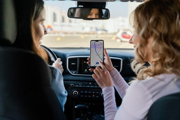 Frauen, die auf der telefonkarte nach einem ort suchen