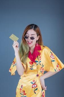 Frauen, die chipkarten halten